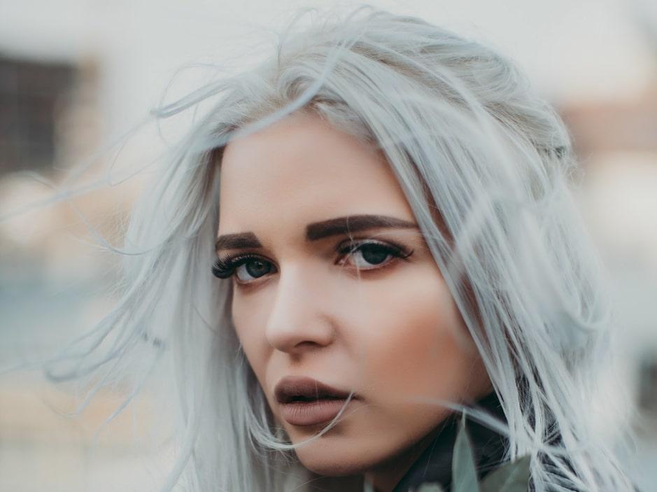 Comment teindre ses cheveux en gris pour être tendance ?